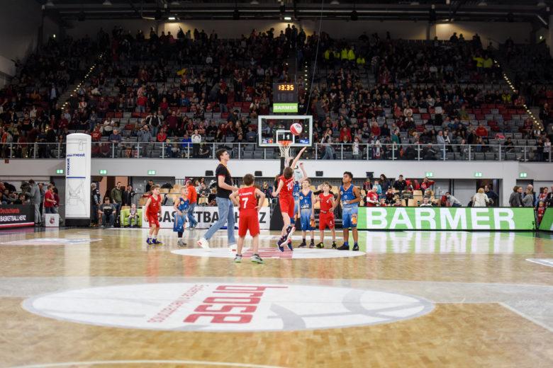 POST LIONS beim Halbzeitspiel in Bamberg
